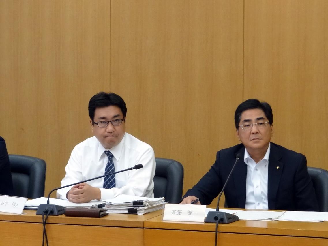 まちづくり委員会の質疑の様子(第7委員会室)